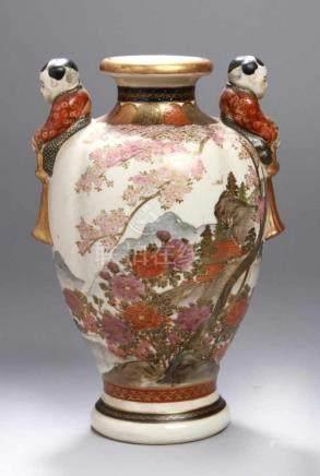 Satsuma-Ziervase, Japan, Meiji-Periode, auf der Schulter 2 plastische, hockende Kinder