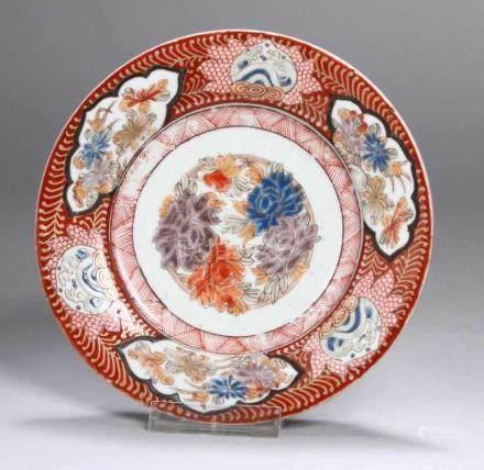 Porzellan-Teller, Japan, Meiji-Periode, reiche, polychrome Floralmalerei, teilweise inFeldern über