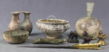 Konvolut Antiken und Asiatika. Wohl auch Römisch, Luristan, Persien.Bis 19 cm. Dolch mit Griff aus