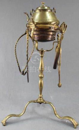 Holzkohle - Rechaud auf hohem Fuß mit vier Werkzeugen und Wasserkessel.80 cm hoch. Messing, wohl
