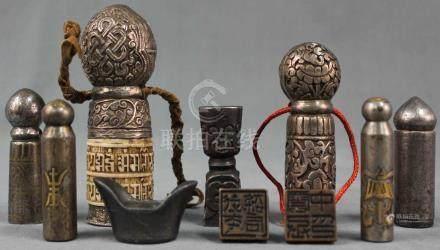 Sammlung China / Tibet / Japan. Gewichte, Haken, Schließen, Siegel. Teils Silber.Bis 11,5 cm hoch.