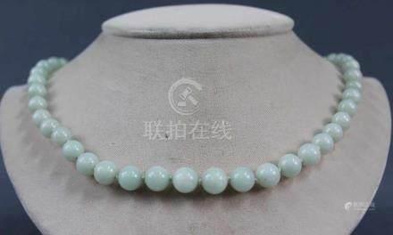 Jade Collier. Silber Schließe, diese vergoldet. Wohl China, um 1900.Kugeln bis 10 mm Durchmesser.