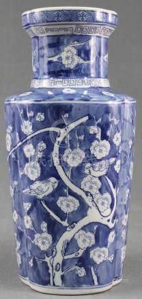 Vase. Porzellan, Blau - Weiß - Dekor. Wohl China / Japan, alt.36 cm hoch. 4 - Zeichen Marke.Vase.