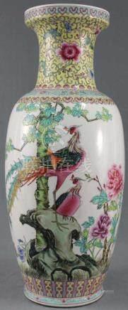 Bodenvase Porzellan. Japan / China.61 cm hoch. Dekor teilweise mit gehöhter Struktur.Floor vase