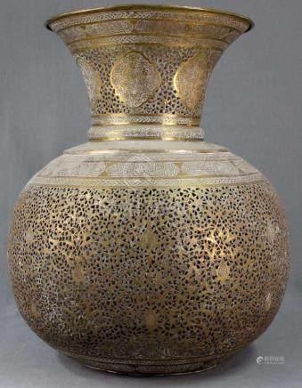 Große Deckenlampe mit arabischer Kaligraphie.54 cm hoch und 44 cm Durchmesser. Handgetrieben,
