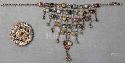 Collier und Brosche. Zentralasien. Turkmenisch. Wohl Anfang 20. Jahrhundert.45 cm breit mit Kette.