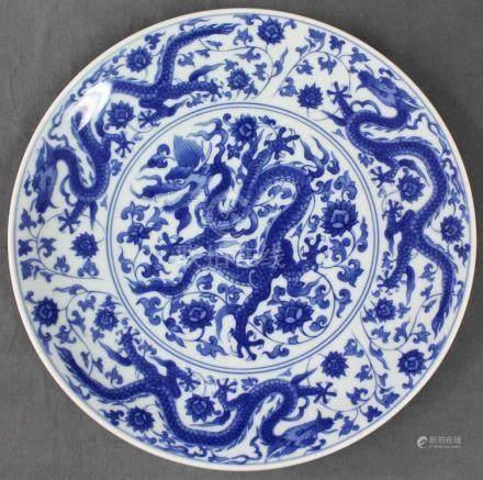 China. Blau - Weiß Porzellan. Platte mit Drachen.Durchmesser 40 cm.China. Blue - White Porcelain.