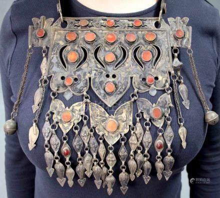 Collier. Zentralasien. Turkmenisch. Wohl 19. Jahrhundert.40 cm x 22 cm. Karneolen. Silber mit