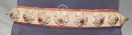 Gürtel. Messing. Zentralasien. 19. Jahrhundert.94 cm lang. Auch Textil. Feines Gewebe, Silberbrokat.