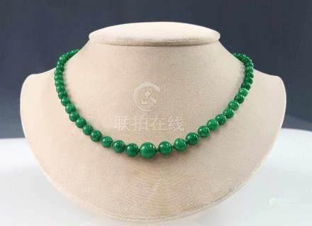 Grüne Jade Kette. Wohl China. 19. Jahrhundert.65 cm lang. Größte Kugel 10 mm Durchmesser.