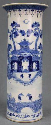 Vase Blau - Weiß Porzellan. China, alt. 4 - Zeichen Marke.21 cm hoch. Unterseitig blaue Marke.Vase