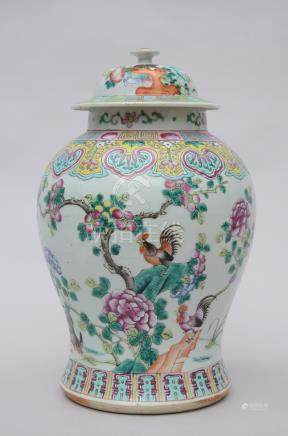 Lidded vase in Chinese porcelain 'roosters' (*)