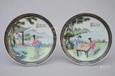 A pair of plates in Chinese porcelain 'ladies' (*)