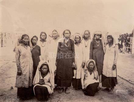 Ensemble de huit tirages albuminés d'époque Indochine, vers 1880 Types Moïs, fo