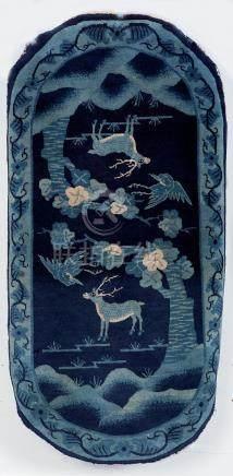 Un ancien tapis Pao-Tao, A late 19th century Pao Tao Chinese rug.Décor de deux