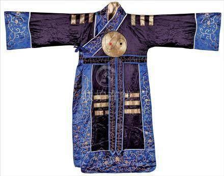 Un Costume ancien en soie orné des huit trigrammes, An antique silk costume wi