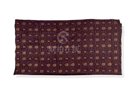 Un panneau de soie brodé en soie violette. A purple silk embroidery panel.Panne