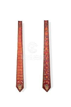 Deux parements en soie brodée, A set of two embroidered panelBeau décor d'un lo