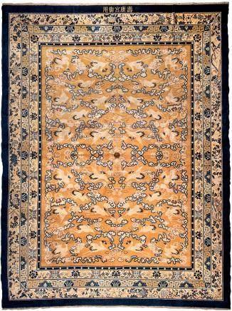Grand tapis en laineChine - XXe siècleBeau décor de grues volant parmi des nuée