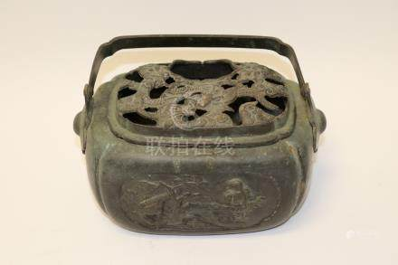 A bronze warmer with handle and cap . 铜暖炉.