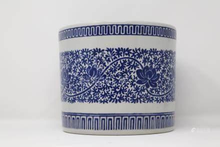 A blue and white porcelain brush pot                 青花笔筒. 清代