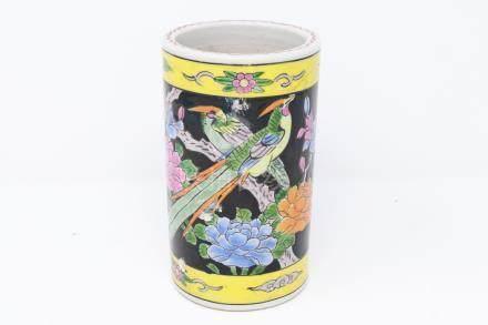 A porcelain famille noire brush pot 粉彩笔筒