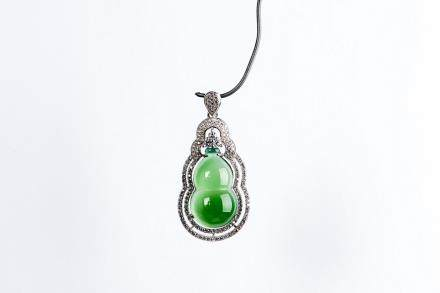 A DOUBLE-GOURD JADEITE AND DIAMOND PENDANT