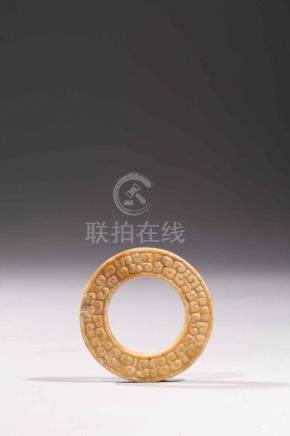 Disque « Bi » symbole du ciel ciselé de frise Leiwen .