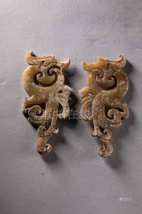 Paire d'éléments de parure à silhouette de dragon stylisée t