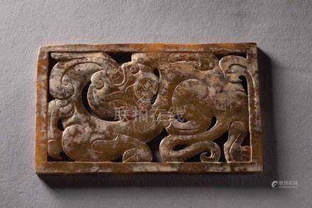 Plaque ornementale quadrangulaire ciselée d'une chimère lové