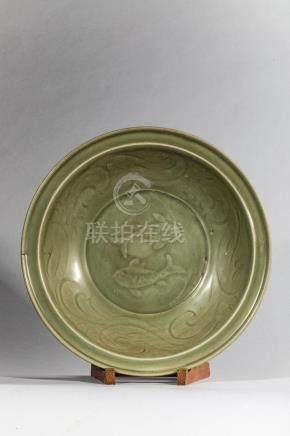 Plat en épaisse porcelaine du Longquan décorée en incision e