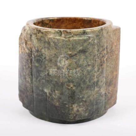 CONG, rechteckiger, moosgrüner bis rotbraun marmorierter Jadeit, die vier Ecken mit flach im
