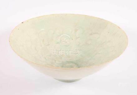 SCHALE MIT QINGBAI-GLASUR, porzellanartiger Scherben mit grünlicher Glasur, auf niedrigem Fußring