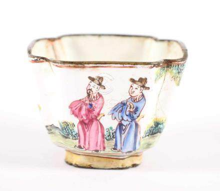 KOPPCHEN KANTON-EMAIL, in den Farben der Famille Rose dekoriert, auf der Wandung umlaufend szenische