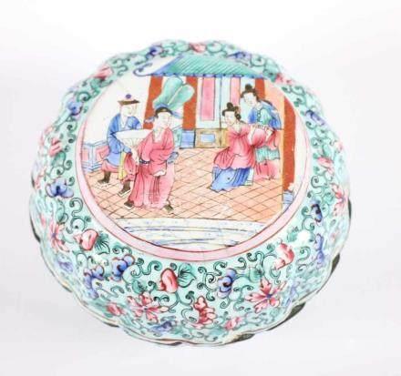 RUNDE DOSE KANTON-EMAIL, in den Farben der Famille Rose dekoriert, auf der Wandung Ranken auf