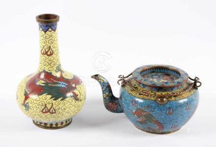ZWEI CLOISONNÉ-OBJEKTE, Vase und Teekanne im farbigem Emailcloisonné dekoriert, H bis 18, besch.