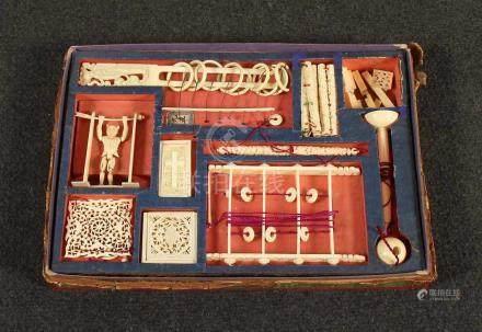 GEDULDSPIELE UND PUZZLE, Elfenbein gedrechselt und geschnitzt, Metall, Fäden, u.a. Tangram,