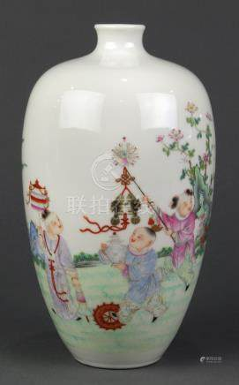 Chinese enameled porcelain bottle vase, with a small neck and a tapering ovoid body decorated with