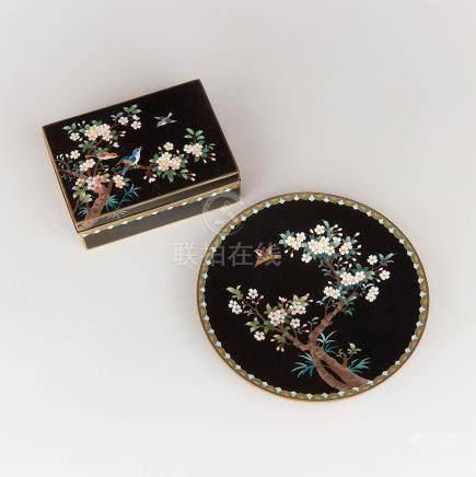 二十世紀早期 日本 黑地掐絲琺瑯花鳥紋蓋盒 盤 一組兩件 A Black Ground Cloisonné Box and Plate, Inaba Mark, Early 20th Century