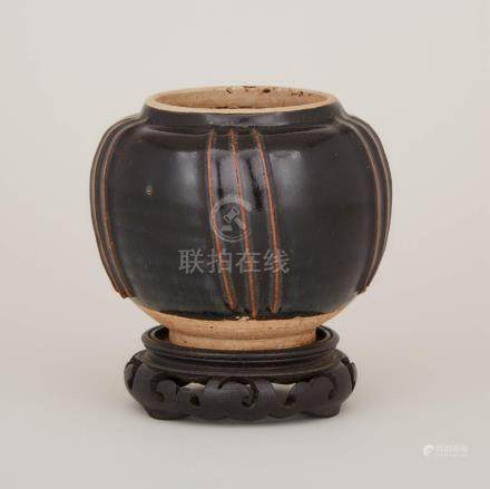 宋 河南窯黑釉棱紋罐帶座 A Henan Black-Glazed Ribbed Jar, Song Dynasty