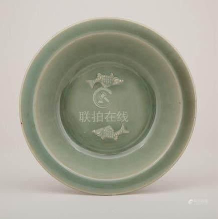 龍泉窯青釉雙魚紋折沿洗 A Longquan Celadon 'Twin-Fish' Dish