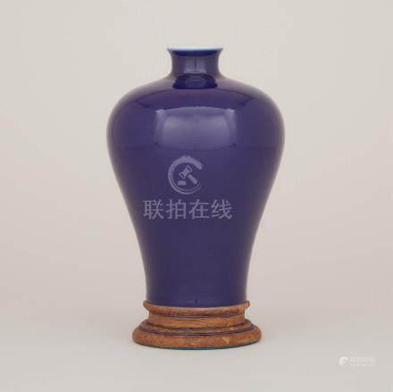 霽藍釉梅瓶 「大清乾隆年製」六字篆書底款 A Blue Glazed Meiping Vase, Qianlong Mark