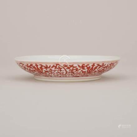 礬紅纏枝蓮紋盤 「大清雍正年製」六字雙圈底款 A Iron-Red 'Lotus' Dish, Yongzheng Mark