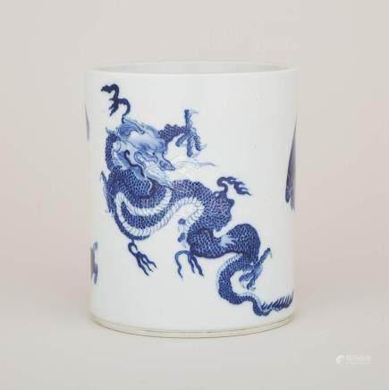"青花""龍鳳富貴""筆筒 「大清康熙年製」六字楷書底款 A Blue and White 'Mythical Beasts' Brushpot, Kangxi Mark"