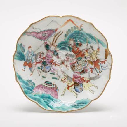 粉彩'三英戰呂布'紋花口盤「大清同治年製」礬紅六字篆書底款 A Famille Rose 'Three Kingdoms' Footed Bowl, Tongzhi Mark