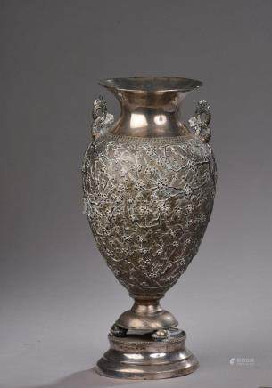 CHINE - Fin du XIXe siècle.Vase balustre en argent bas titre, le col évasé, le