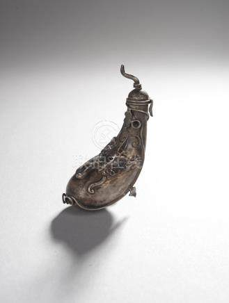 CHINE - Fin de la dynastie Qing.Tabatière en alliage argentifère représentant u