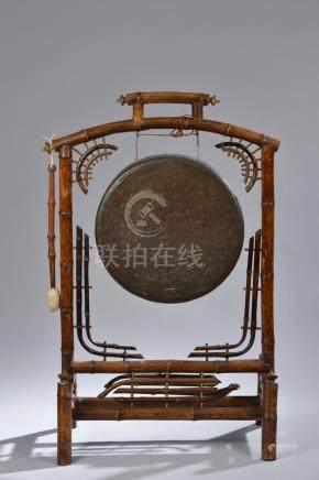 CHINE - Début du XXe siècle.Gong circulaire en bronze martelé, la monture porti