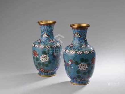 CHINE - Fin XIXe siècle.Paire de vases balustres en bronze doré et émaux polych