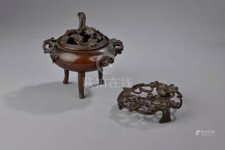 CHINE - XIXe et XXe siècle. Ensemble de bronzes patinés comprenant :- Taureau à